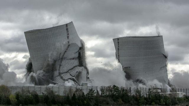 Hai tháp làm mát khổng lồ tại Mỹ bị đánh sập trong chớp mắt - 1