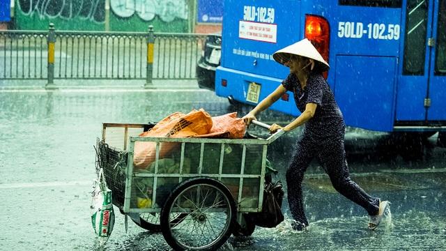 Sài Gòn bất ngờ đón trận mưa vàng trong ngày nghỉ lễ - 5