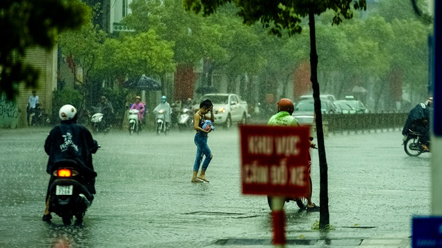 Sài Gòn bất ngờ đón trận mưa vàng trong ngày nghỉ lễ - 6