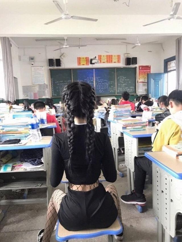 Sốc với nữ sinh hở bạo để khoe eo con kiến trong lớp học - 2
