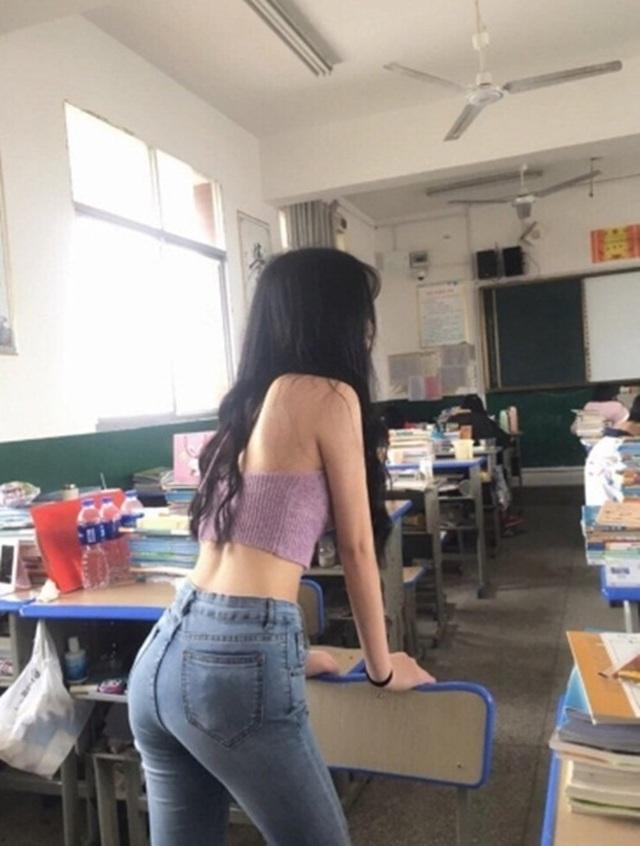 Sốc với nữ sinh hở bạo để khoe eo con kiến trong lớp học - 4