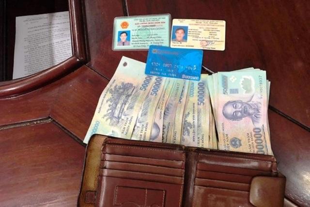 Tổ Cảnh sát giao thôngtrả lại ví tiền cho người đánh rơi - 1
