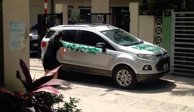 Đập phá xe người khác đỗ chắn trước cửa nhà mình sẽ bị xử phạt - 2