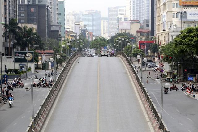 Phố phường Hà Nội vắng vẻ khác thường trong ngày nghỉ lễ - 10