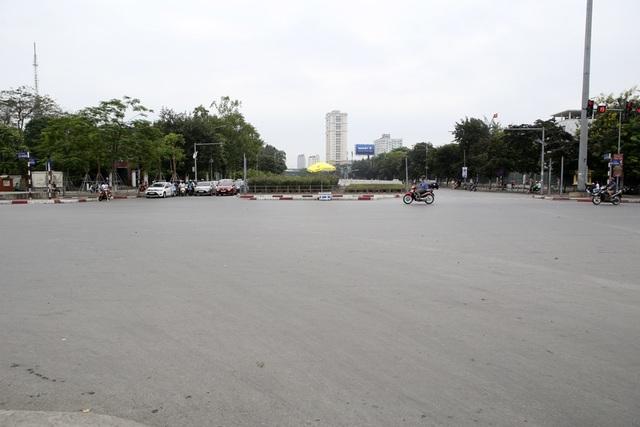 Phố phường Hà Nội vắng vẻ khác thường trong ngày nghỉ lễ - 11