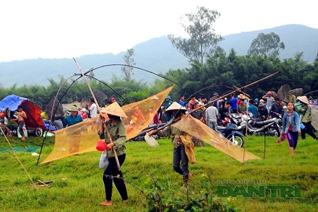 Tấp nập mang nơm, vó, lưới đổ về lễ hội đánh bắt cá có một không hai ở miền Trung - 1