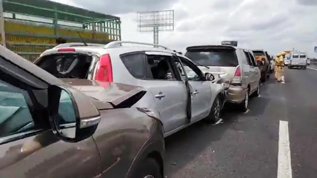 8 ô tô tông nhau liên hoàn, cao tốc TPHCM - Trung Lương kẹt cứng - 2