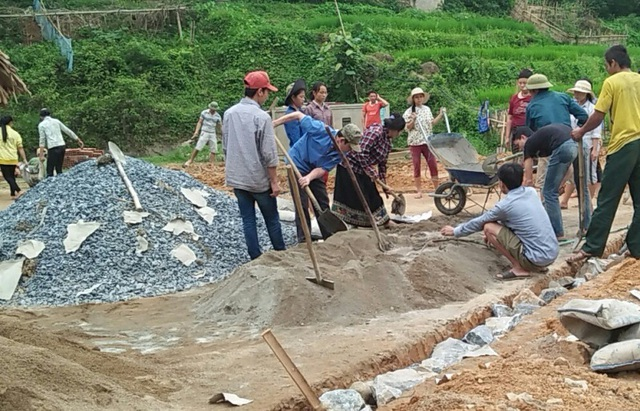 Người dân đóng góp công sức xây trường cho học sinh vùng cao - 1