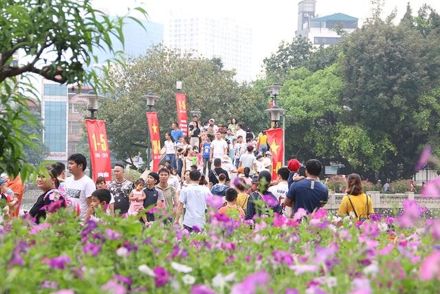 Toát mồ hôi, chen nhau trong công viên Thủ Lệ dịp nghỉ lễ - 12