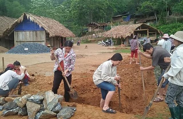 Người dân đóng góp công sức xây trường cho học sinh vùng cao - 2