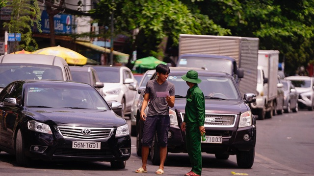TPHCM: Người dân ùn ùn đi chơi lễ, xếp hàng dài chờ qua phà Bình Khánh - 2