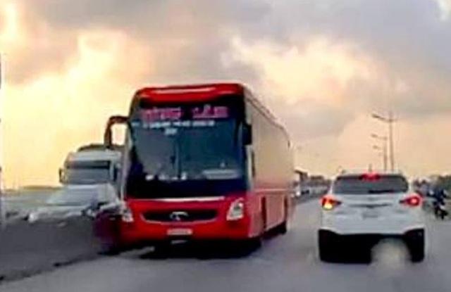 Xe khách lao vun vút trên làn đường ngược chiều của quốc lộ 1A - 1