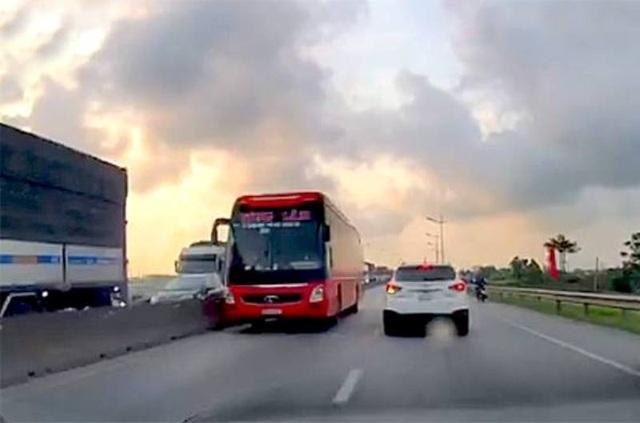Xe khách lao vun vút trên làn đường ngược chiều của quốc lộ 1A - 2