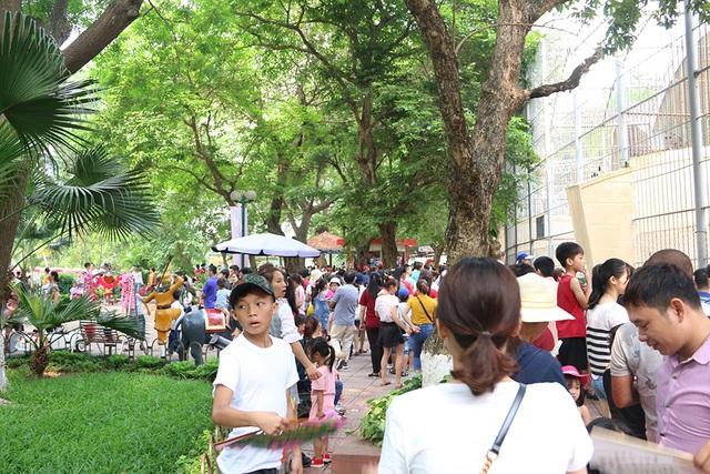 Toát mồ hôi, chen nhau trong công viên Thủ Lệ dịp nghỉ lễ - 11