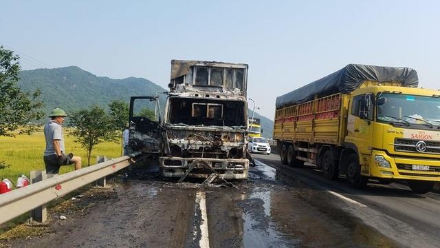 Xe tải chở hoa quả bất ngờ bốc cháy trên quốc lộ - 2