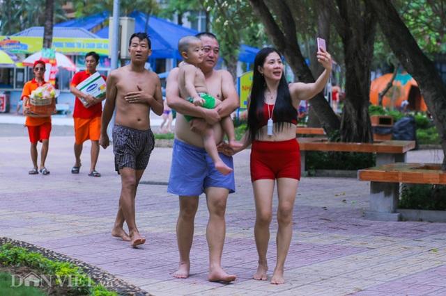 Hàng nghìn người đổ xô đến công viên nước Hồ Tây dịp nghỉ lễ - 10
