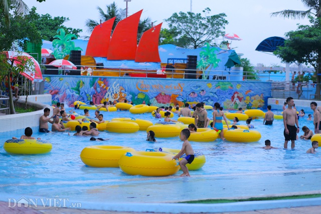 Hàng nghìn người đổ xô đến công viên nước Hồ Tây dịp nghỉ lễ - 11