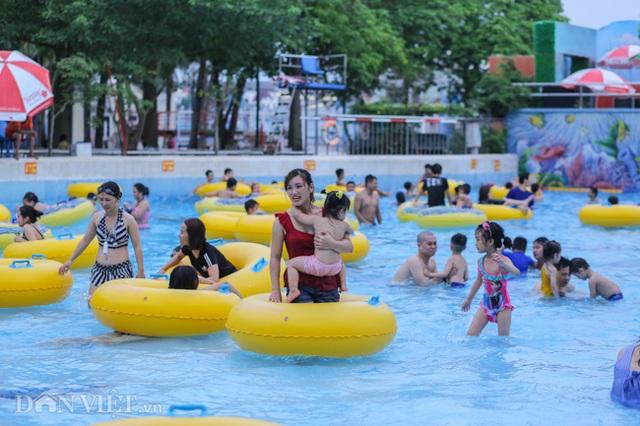 Hàng nghìn người đổ xô đến công viên nước Hồ Tây dịp nghỉ lễ - 2