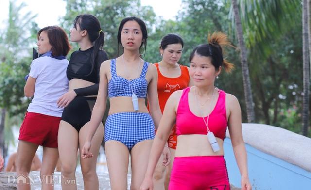 Hàng nghìn người đổ xô đến công viên nước Hồ Tây dịp nghỉ lễ - 4