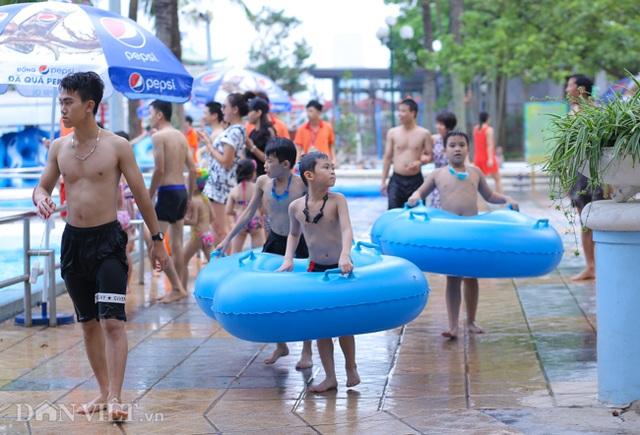 Hàng nghìn người đổ xô đến công viên nước Hồ Tây dịp nghỉ lễ - 5