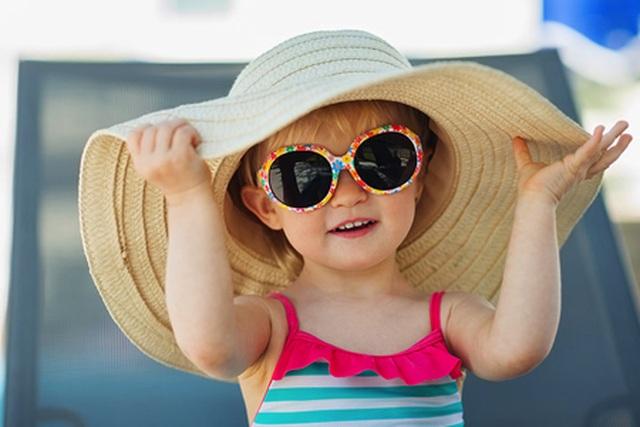 Mùa du lịch, tìm hiểu về kính râm cho bé - 1