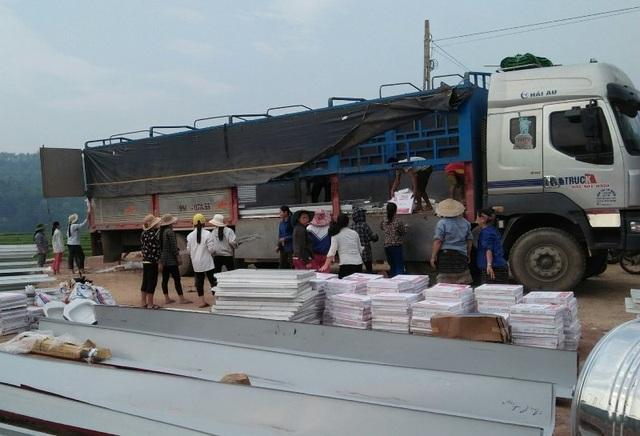Người dân đóng góp công sức xây trường cho học sinh vùng cao - 6