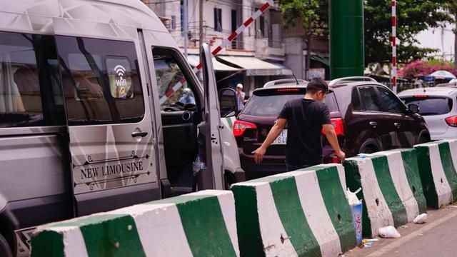 TPHCM: Người dân ùn ùn đi chơi lễ, xếp hàng dài chờ qua phà Bình Khánh - 14