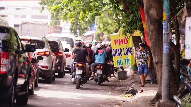 TPHCM: Người dân ùn ùn đi chơi lễ, xếp hàng dài chờ qua phà Bình Khánh - 3