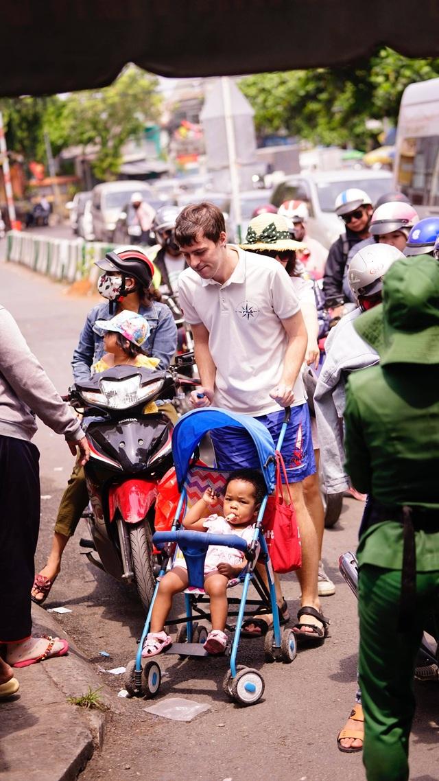 TPHCM: Người dân ùn ùn đi chơi lễ, xếp hàng dài chờ qua phà Bình Khánh - 12