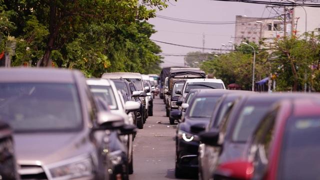 TPHCM: Người dân ùn ùn đi chơi lễ, xếp hàng dài chờ qua phà Bình Khánh - 5