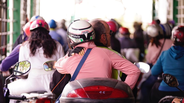 TPHCM: Người dân ùn ùn đi chơi lễ, xếp hàng dài chờ qua phà Bình Khánh - 10