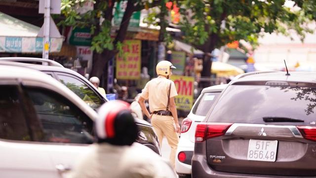 TPHCM: Người dân ùn ùn đi chơi lễ, xếp hàng dài chờ qua phà Bình Khánh - 4