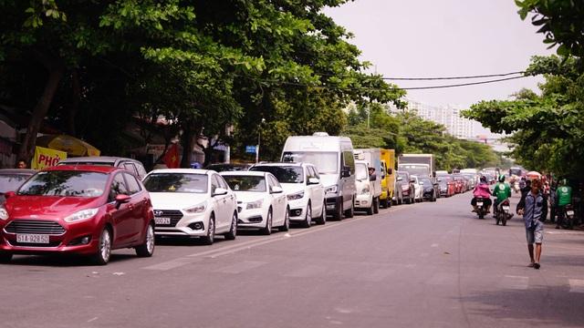 TPHCM: Người dân ùn ùn đi chơi lễ, xếp hàng dài chờ qua phà Bình Khánh - 1
