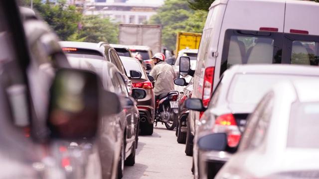 TPHCM: Người dân ùn ùn đi chơi lễ, xếp hàng dài chờ qua phà Bình Khánh - 9
