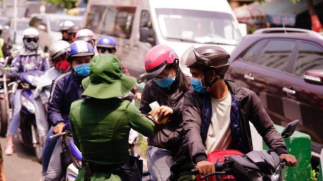 TPHCM: Người dân ùn ùn đi chơi lễ, xếp hàng dài chờ qua phà Bình Khánh - 16