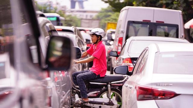 TPHCM: Người dân ùn ùn đi chơi lễ, xếp hàng dài chờ qua phà Bình Khánh - 8