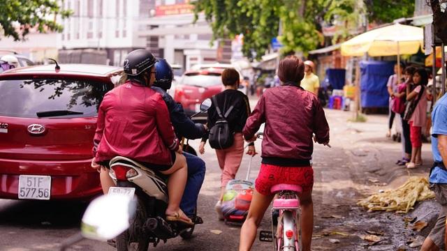 TPHCM: Người dân ùn ùn đi chơi lễ, xếp hàng dài chờ qua phà Bình Khánh - 6