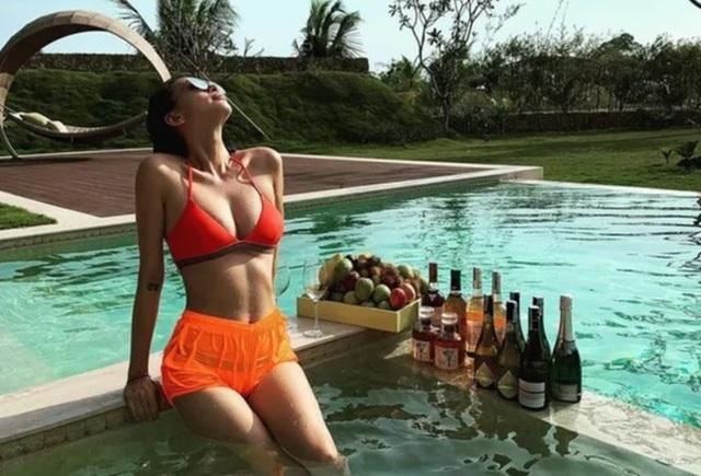 Ngô Thanh Vân khoe thân hình bốc lửa với bikini ở tuổi 40 - 1