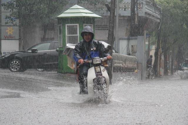Hà Nội: Mưa lớn, nhiều tuyến phố ngập sâu trong nước - 1