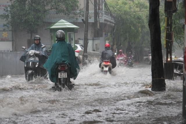 Hà Nội: Mưa lớn, nhiều tuyến phố ngập sâu trong nước - 2