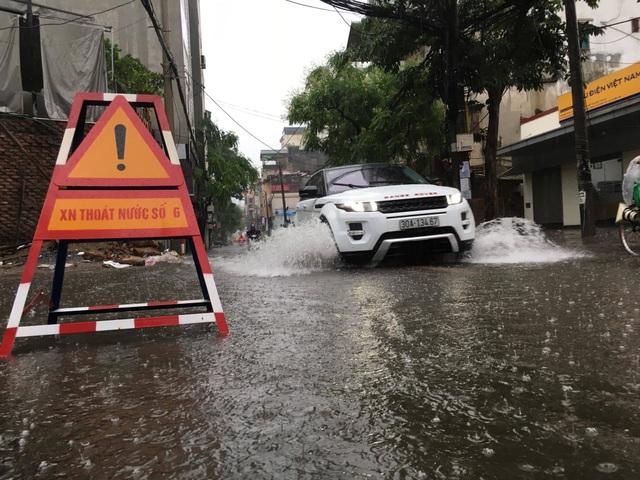 Hà Nội: Mưa lớn, nhiều tuyến phố ngập sâu trong nước - 3