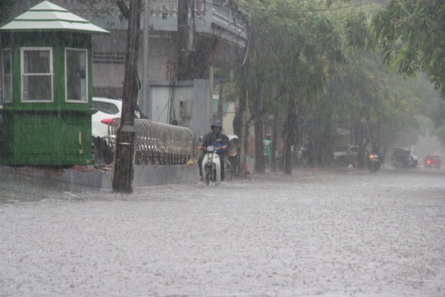 Hà Nội: Mưa lớn, nhiều tuyến phố ngập sâu trong nước - 5