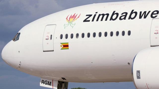 Khoảnh khắc động cơ máy bay Boeing 767 cháy tóe lửa trên bầu trời Nam Phi - 1