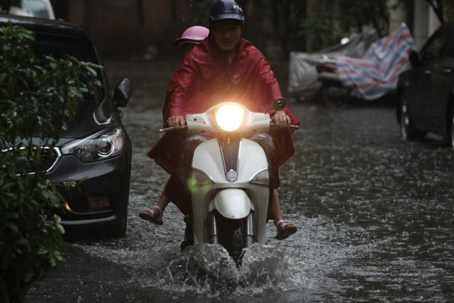 Hà Nội: Mưa lớn, nhiều tuyến phố ngập sâu trong nước - 7