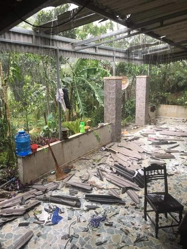 Mưa lớn kèm lốc xoáy khiến hàng trăm nhà dân bị tốc mái - 1