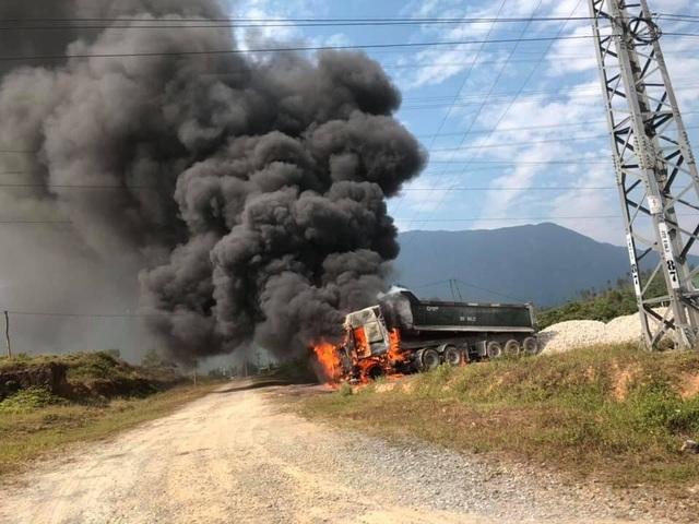 Xe đầu kéo bốc cháy dữ dội, tạo thành cột khói khổng lồ - 1