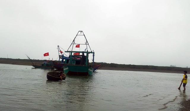 Cảng cá vừa nạo vét đã bị bồi lấp trở lại, ngư dân khóc ròng  - 1