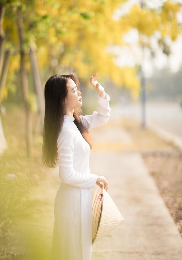 """""""Hot girl che nắng"""" đẹp tinh khôi trong tà áo dài trắng - 4"""