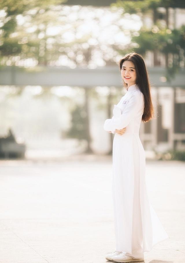 """""""Hot girl che nắng"""" đẹp tinh khôi trong tà áo dài trắng - 5"""