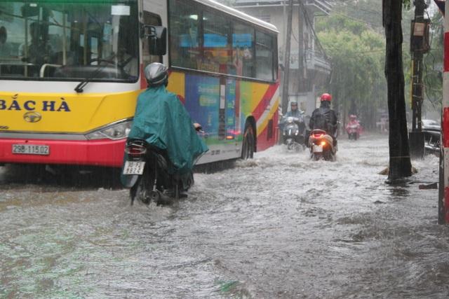 Hà Nội: Mưa lớn, nhiều tuyến phố ngập sâu trong nước - 8